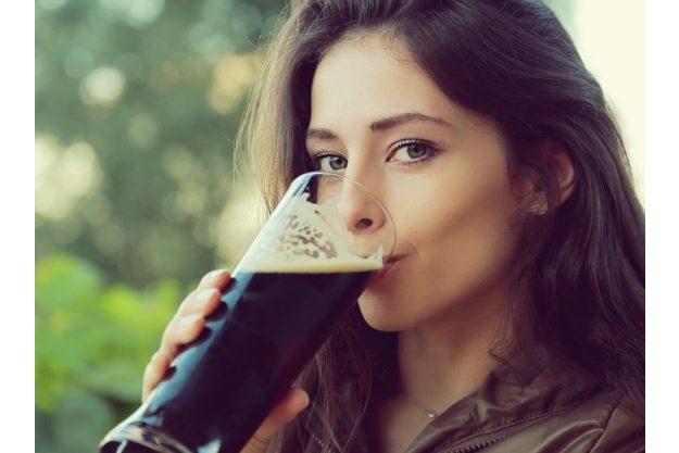Bierprobe Frankfurt – Frau trinkt Bier