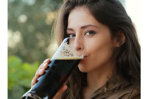Bierprobe Heidelberg - Frau trinkt Dunkelbier