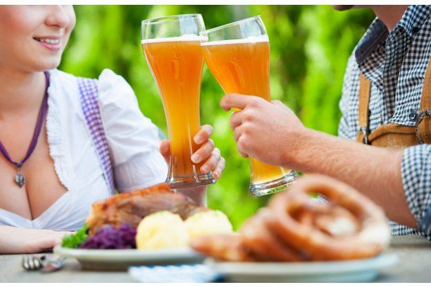 Braukurs München - Freunde stoßen mit Weißbier an