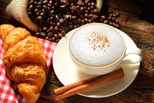 Brunch in Frankfurt – Croissant und Kaffee
