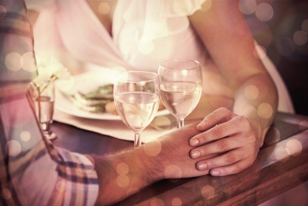 Candlelight-Dinner Stuttgart-Ehingen – Paar hält sich an den Händen