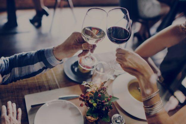 Candlelight-Dinner Stuttgart-Ehingen – Paar trinkt guten Wein