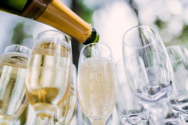 Champagnerfrühstück-Berlin-Schaumwein-einschenken