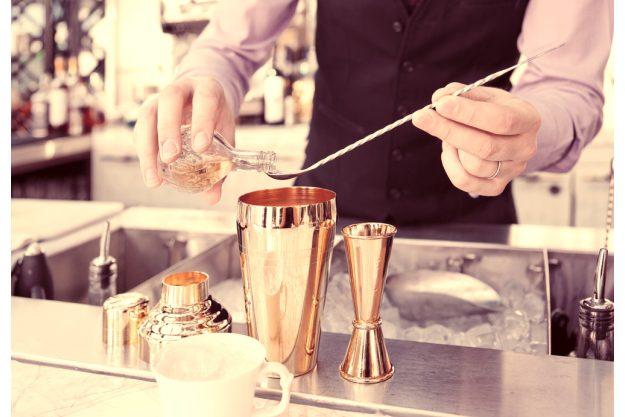 Cocktailkurs Berlin - cooler Barkeeper am Werk