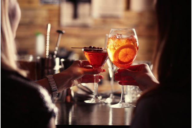 Cocktailkurs Berlin – Frauen trinken Cocktails