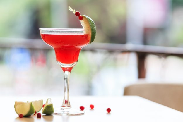 Cocktailkurs Berlin - roter Cocktail mit Limette