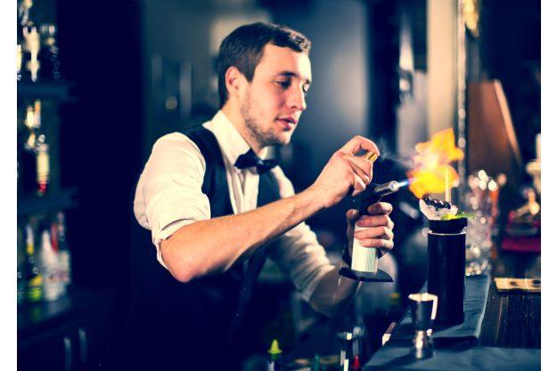 Cocktailkurs in Frankfurt am Main – Barkeeper mixt Cocktails