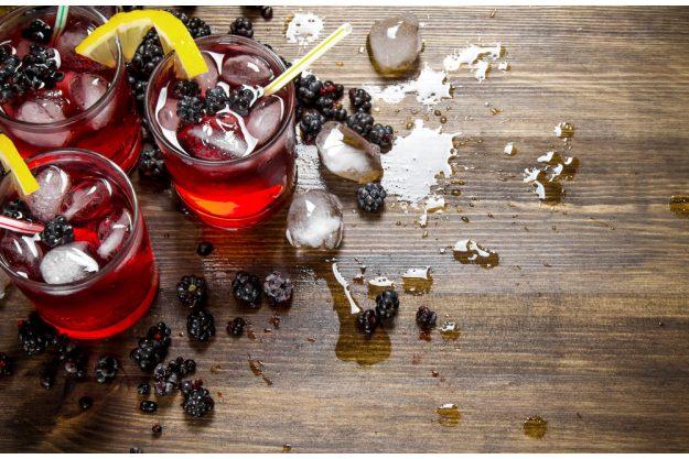 Cocktailkurs in Frankfurt am Main – Blackberry auf Holztisch