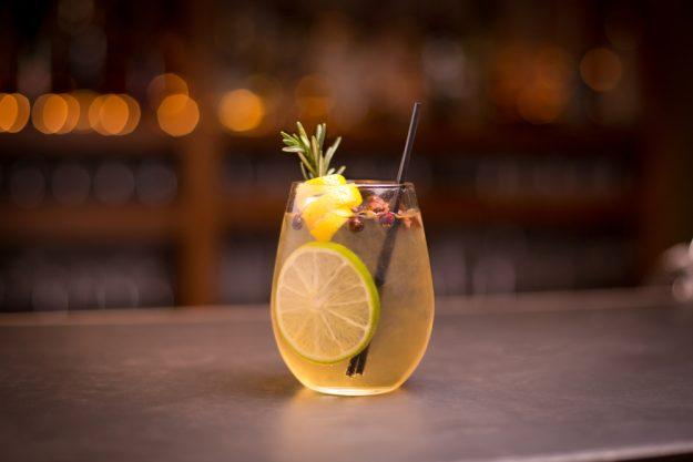 Cocktailkurs Köln – Drink auf Bartresen