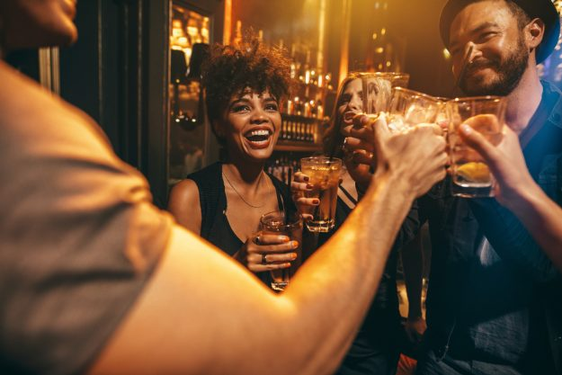Cocktailkurs Köln – Freunde trinken Cocktails