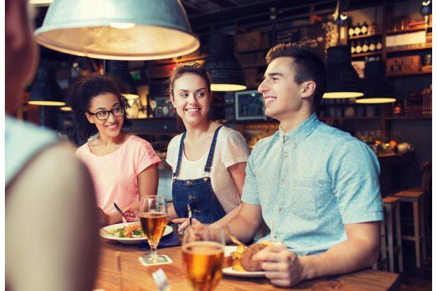 Erlebnisdinner Bad Nauheim – Freunde sitzen in Restaurant