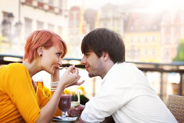 Erotic Food Kochkurs Stuttgart - Paar genießt Schokolade