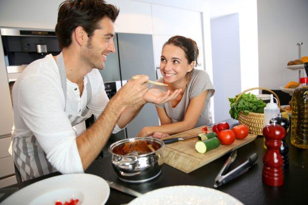 Erotic Food Kochkurs Stuttgart - Mann füttert Frau