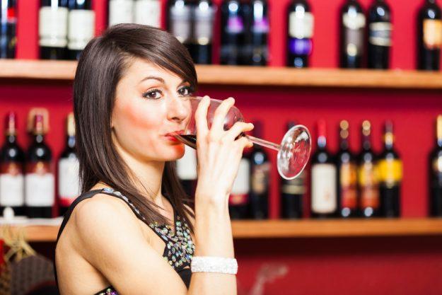 Firmenfeier Düsseldorf - Frau trinkt Rotwein