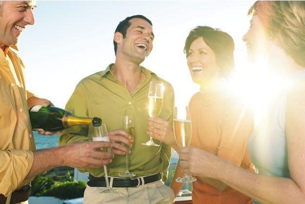 Firmenfeier mit Weinseminar in Ludwigsburg – Kollegen lachen zusammen