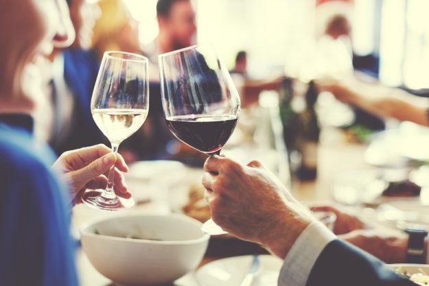 Firmenfeier mit Weinseminar in Ludwigsburg – Kollegen stoßen an