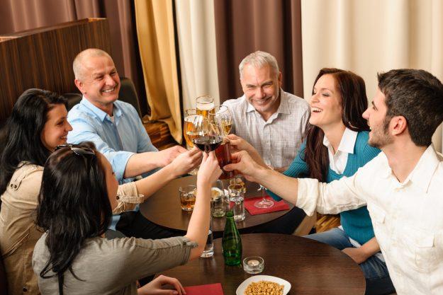 Firmenfeier mit Weinseminar in Ludwigsburg – Kollegen stoßen mit Wein an