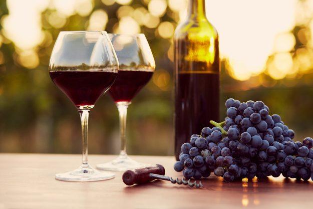 Firmenfeier mit Weinseminar in Ludwigsburg – zwei Weinglaeser mit Rowein und Trauben