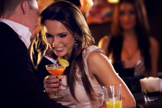Firmenfeier Stuttgart - Frau und Mann unterhalten sich bei Cocktails