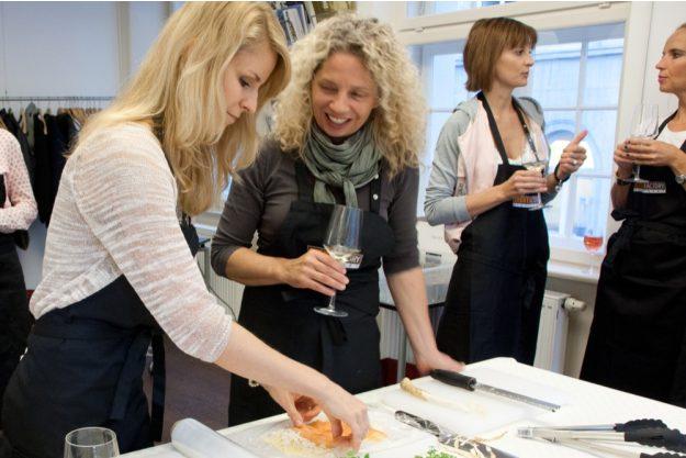 Firmenfeier Stuttgart mit Locationhopping & Kochevent - Frauen kochen