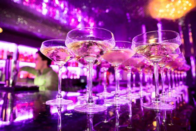 Firmenfeier Stuttgart - Champagner Cocktails in cooler BAr