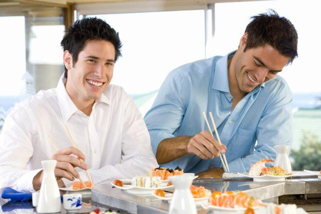 Firmenfeier Stuttgart mit Locationhopping & Kochevent - Männer essen Sushi