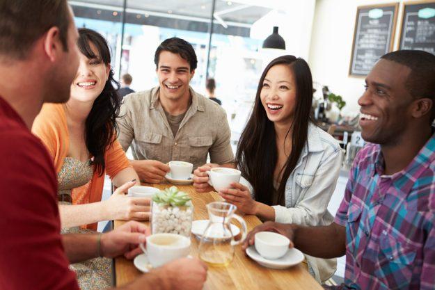 Firmenfeier Stuttgart - Kollegen trinken zusammen Kaffee