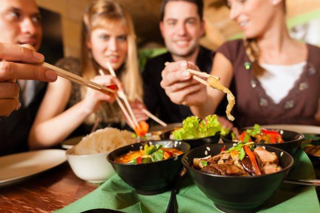 Firmenfeier Stuttgart - Kollegen essen zusammen asiatisch