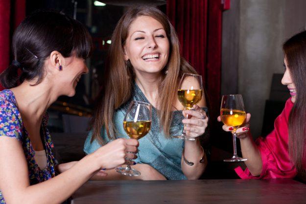 Firmenfeier Stuttgart - Frauen trinken zusammen Weißwein