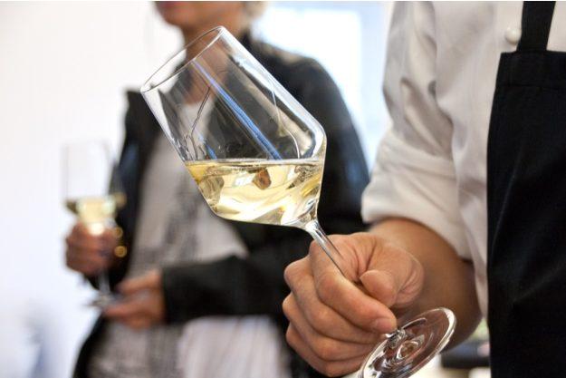 Firmenfeier Stuttgart mit Locationhopping & Kochevent - Weißwein im Glas