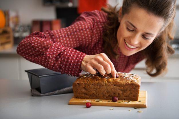 gesunder-backkurs-bonn-frau-dekoriert-kuchen