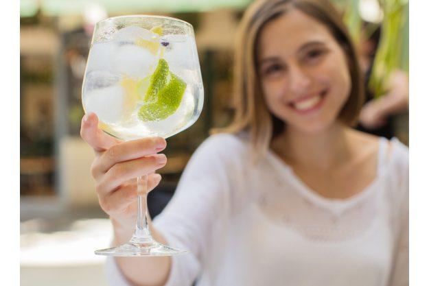 Gin-Tasting Berlin – junge Frau trinkt Gin Tonic