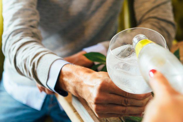Gin-Tasting Berlin – Tonic Water einschenken