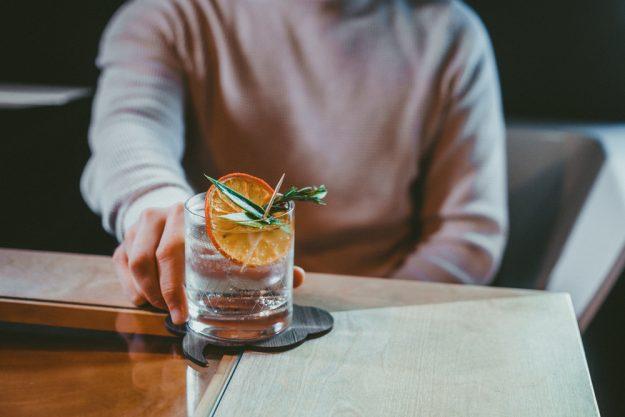 Gin-Tasting Bremen – Mann mit Gin Tonic
