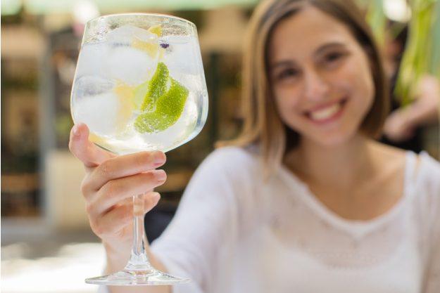 Gin-Tasting Karlsruhe – Frau trinkt Gin Tonic