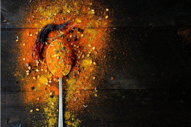 Indischer Kochkurs Frankfurt – Gewürze auf Löffel