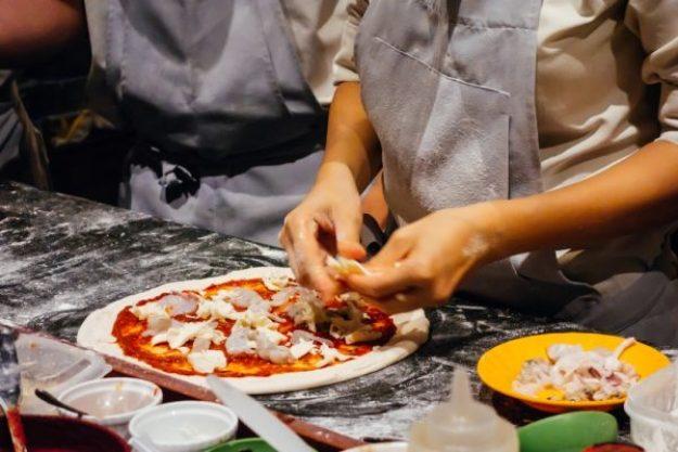 Italienischer Kochkurs Leipzig - Pizza belegen