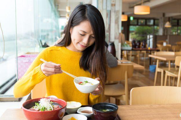 Japanischer Kochkurs Frankfurt – Frau isst Lunch