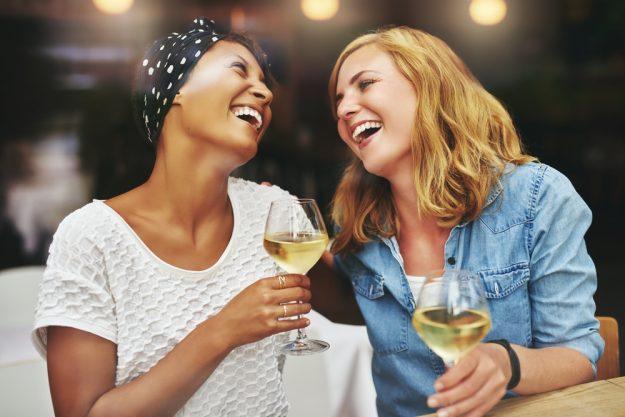JGA Hamburg – Braut und Trauzeugin trinken Wein