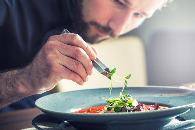Kochkurs Hannover - Essen mit Pinzette anrichten