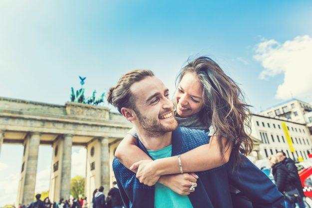 Kulinarische Stadtführung Berlin – Paar vor dem Brandenburger Tor