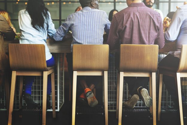 Kulinarische Stadtführung Frankfurt – Männer sitzen an der Bar