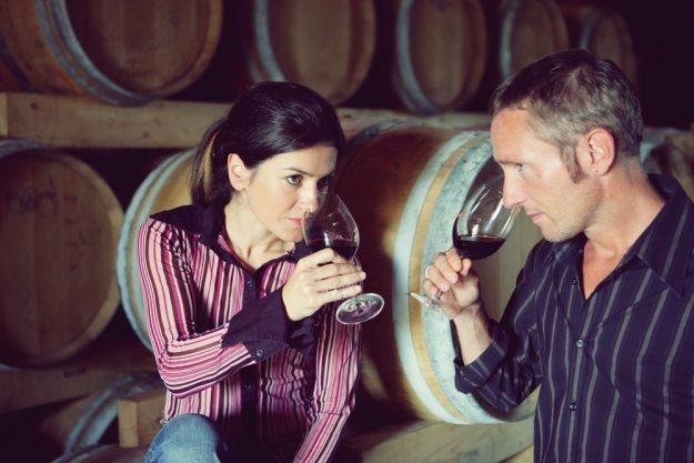 Kulinarische Stadtführung Mainz – Mann und Frau kosten Wein