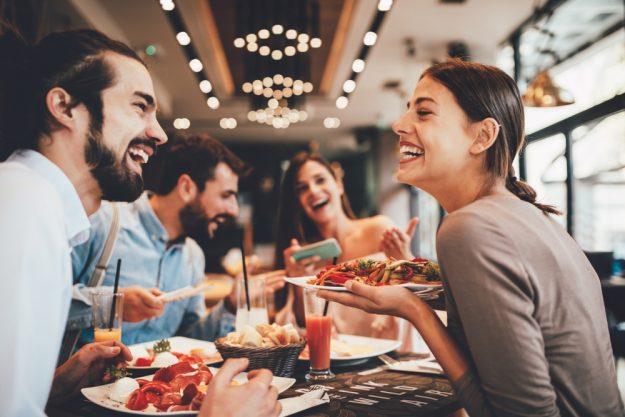 Kulinarische Stadtführung Nürnberg – Freunde essen in Bar