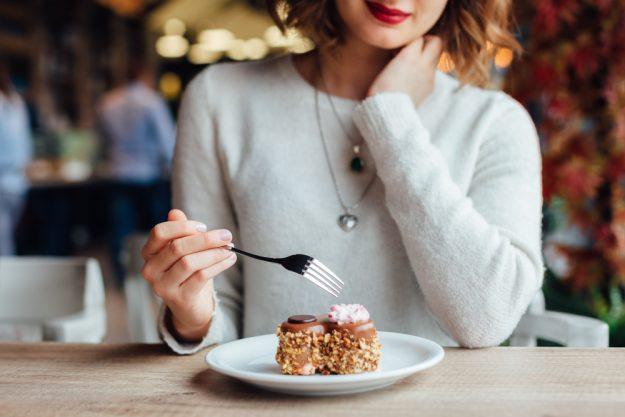Kulinarische Stadtführung Stuttgart – Frau isst Kuchen