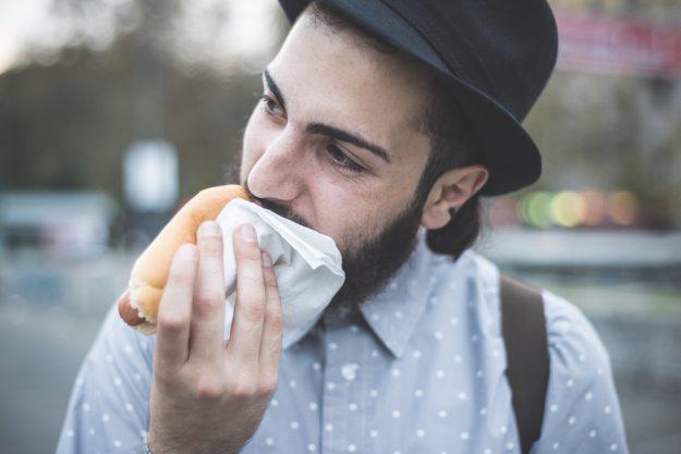 Kulinarische Stadtführung Stuttgart – Mann isst Hotdog