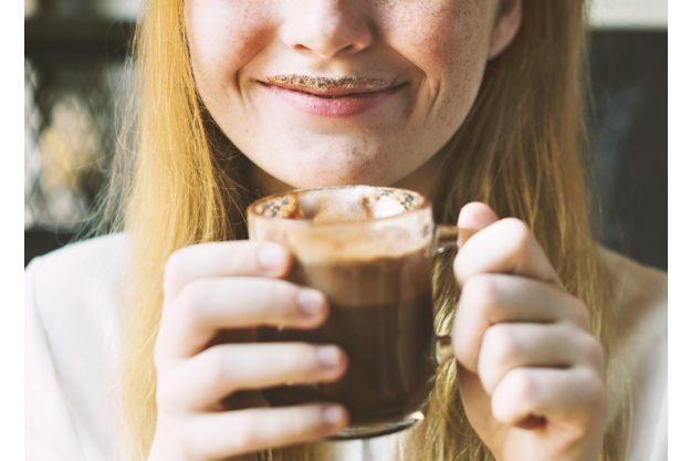 Kulinarische Stadtführung Stuttgart – Frau trinkt heiße Schokolade