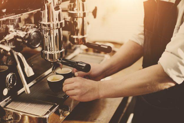 Latte Art Kurs in Frankfurt am Main – Barista bereitet Espressi zu