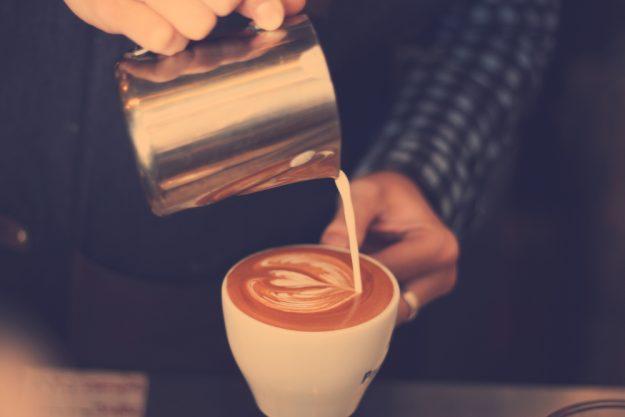Latte Art Kurs in Frankfurt am Main – Barista gießt Herz aus Milchschaum