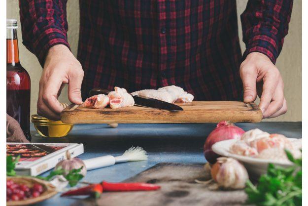 Männerkochkurs Frankfurt – Mann bereitet Essen vor